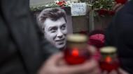 Anhänger Nemzows erinnern am Tatort an das Attentat auf den Kreml-Kritiker.