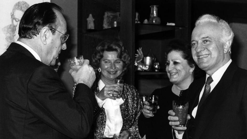 Gute Stimmung schon zwei Jahre vor den Verhandlungen über die Deutsche Einheit: Der damalige deutsche Außenminister Hans-Dietrich Genscher und der sowjetische Außenminister Eduard Schewardnadse samt Gattinnen im Januar 1988 in Bonn