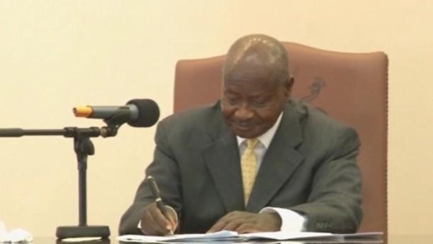 kampala ugandas pr sident unterzeichnet gesetz gegen. Black Bedroom Furniture Sets. Home Design Ideas