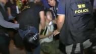 Polizei geht gewaltsam gegen Demonstranten vor