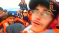 Flüchtlinge filmen Überfahrt an Bord eines Schiffes