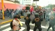 Straßenschlachten zwischen Studenten und Polizei in Peru
