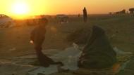 Einwohner Mossuls harren außerhalb der Stadt aus