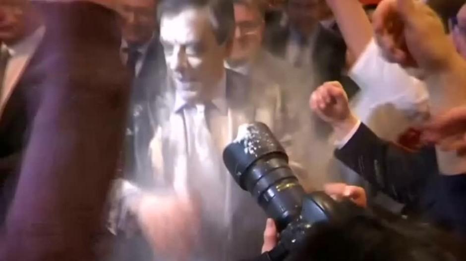 Mehlattacke auf François Fillon
