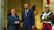 Macron holt Vertreter von Links und Rechts ins Kabinett