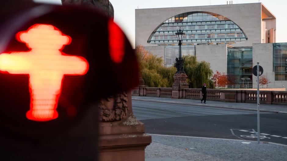 Blick auf das Bundeskanzleramt in Berlin: Mitte Oktober wäre der Teil-Lockdown wohl wirkungsvoller gewesen als im November.
