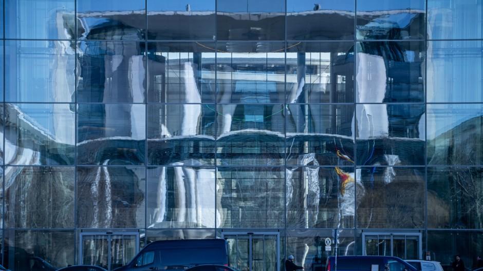 Die Fassade des Bundeskanzleramtes spiegelt sich in der Fassade des Paul-Löbe-Hauses des Bundestages