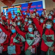 Sie dürfen wieder weg: Krankenhauspersonal verabschiedet sich am Flughafen von Wuhan.