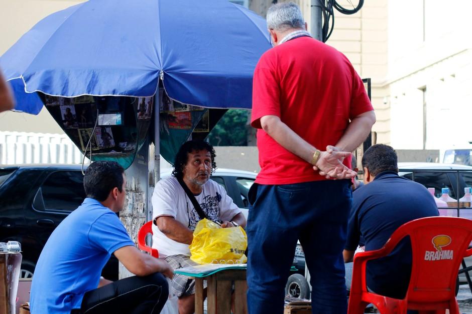 Unter Ricardos blauen Sonnenschirm kommen Schulbuben genauso wie Geschäftsmänner