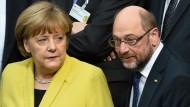Die Amtsinhaberin und ihr Herausforderer: Kanzlerin Angela Merkel (CDU) und Martin Schulz (SPD) im Plenarsaal des Reichstagsgebäudes vor der Wahl der Bundespräsidenten