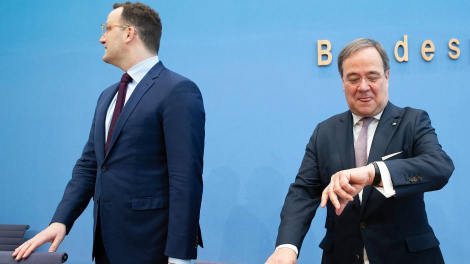 Minister und Ministerpräsident: Jens Spahn und Armin Laschet treten als Team auf.