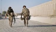Die Sinnfrage, sagt Ursula von der Leyen, sei für ihre Soldaten entscheidend. Das Foto zeigt zwei Bundeswehrangehörige im Norden Afghanistans