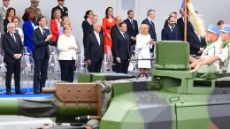 Kanzlerin Merkel wohnt Militärparade bei