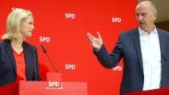 Die kommissarische SPD-Vorsitzende Manuela Schwesig und Brandenburgs Ministerpräsident Dietmar Woidke