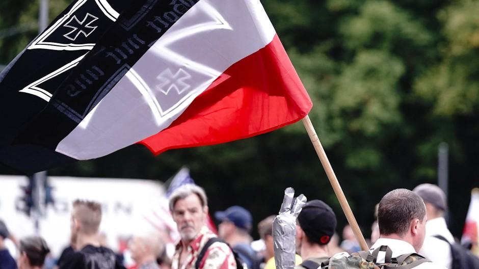 Teilnehmer einer Demonstration gegen die Corona-Maßnahmen der Bundesregierung am 30. August mit einer Reichskriegsflagge vor dem Brandenburger Tor