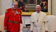 Keine Freunde: Papst Franziskus steht mit Robert Matthew Festing, dem Großmeister der Malteser, bei einer privaten Audienz im Vatikan.