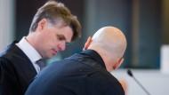 Verurteilt zu 14 Jahren Haft: Der Angeklagte Frank S. (r) spricht am 22.Juni 2016 in einem Verhandlungssaal des Oberlandesgerichts in Düsseldorf (Nordrhein-Westfalen) mit seinem Anwalt Jasper Marten.