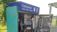 Außer Betrieb: ein aufgesprengter Fahrkartenautomat der Bahn