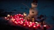 Gedenkkerzen stehen Anfang Januar am Straßenrand in Oberauch, wo in der Silvesternacht ein elf Jahre altes Mädchen erschossen wurde. Jetzt hat die Polizei einen Verdächtigen festgenommen.