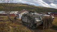 """Der Schützenpanzer """"Marder"""" fährt beim Manöver """"Trident Juncture"""" in seine Stellung bei einem Bauernhof."""