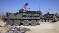 Amerikanische Truppen mit gepanzerten Fahrzeugen nehmen am 07.03.2017 Stellung in den Außenbezirken der Stadt Manbidsch. Nun wollen die Türken dorthin.