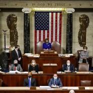 Nancy Pelosi (hinten M), Sprecherin des Repräsentantenhauses, leitet am 6: Januar die Sitzung im Kapitol.