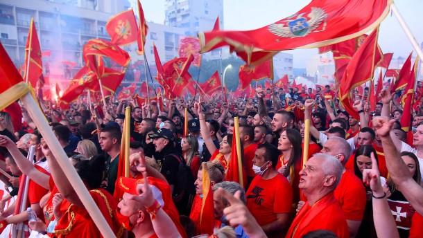 Zehntausende demonstrieren gegen proserbische Opposition