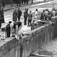 Am 18. August 1961 errichten Bauarbeiter unter Aufsicht bewaffneter Vopos die Mauer am Potsdamer Platz in Berlin