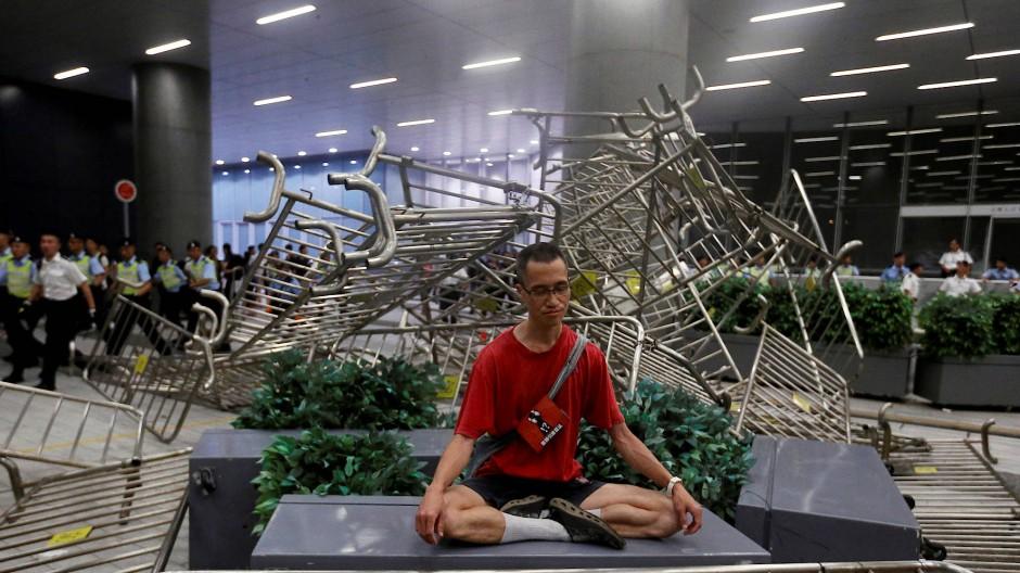 Stiller Protest in Hongkong: Ein Mann meditiert inmitten der Auseinandersetzung zwischen Polizei und Demonstranten.