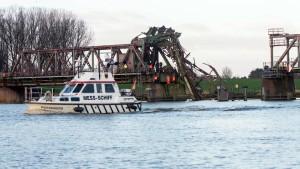 Frachter rammt Eisenbahnbrücke