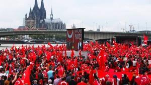Kauder fordert von Deutsch-Türken Loyalität zu Deutschland