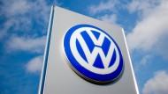 Das Schild eines VW-Autohauses in Hannover (Archivbild)