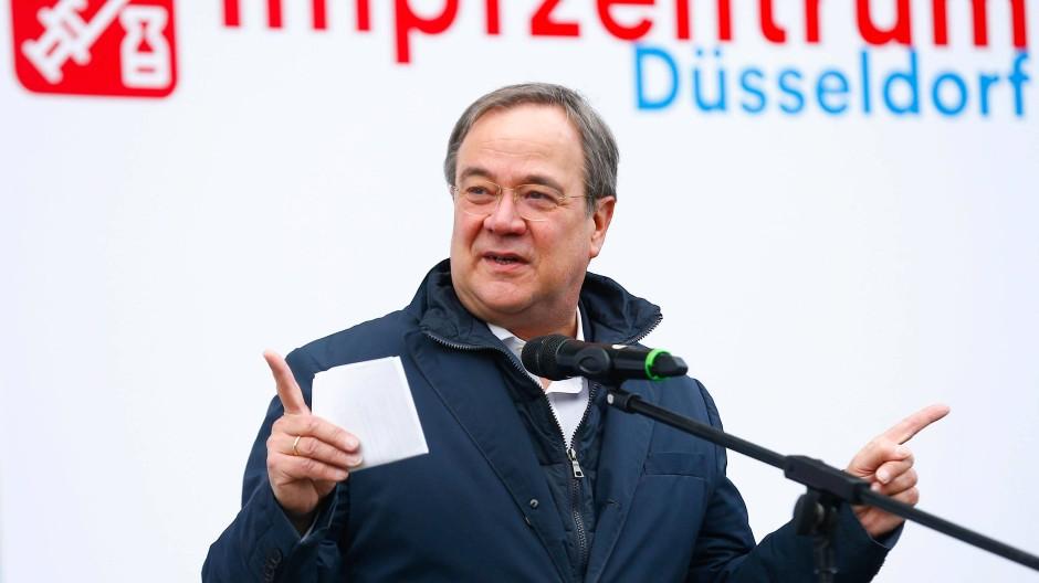 Wies Kritik an einer Bestellung bei van Laack zurück: NRW-Ministerpräsident Armin Laschet.