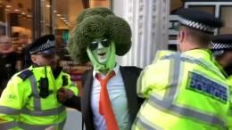 Brokkoli und festgeklebte Demonstranten gegen Klimawandel