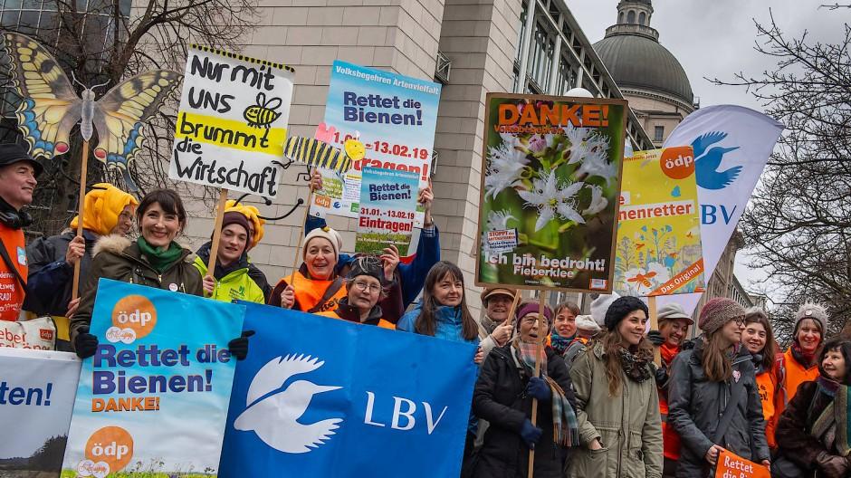Mit Plakaten und Bannern: Anhänger des von der ÖDP initiierten Volksbegehrens Artenvielfalt am 12. Februar 2020 in München
