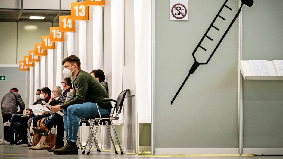Im Impfzenturm auf dem Messegelände in Berlin warten Menschen auf ihre Impfung.