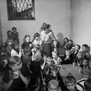 Überlebende des Krieges und der Verfolgung: Polnische Kinder in einem Displaced-Persons-Camp 1945 in Deutschland.