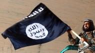 Kämpfer mit IS-Fahne: Für einen Frieden in Syrien muss auch die Ideologie des Dschihads entzaubert werden.