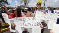 Gegen eine Neuauszählung: Anhänger der Republikaner demonstrieren im Broward County in Florida gegen die Wahlleiterin Brenda Snipes