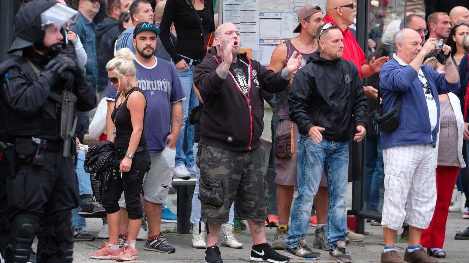 Teilnehmer einer Demonstration in Chemnitz, in deren Verlauf es zu Hetzjagden auf Ausländer kam