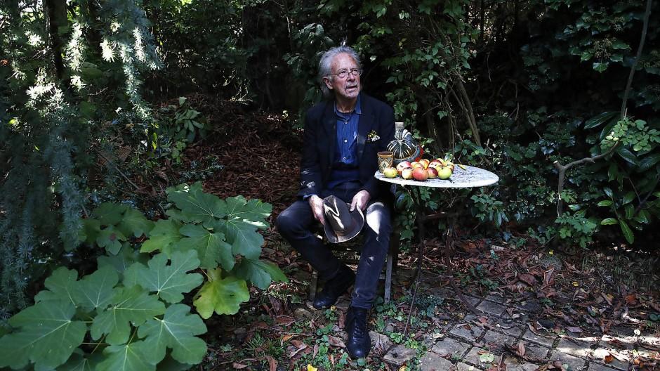 Umstritten: Peter Handke, Schriftsteller aus Österreich und Literaturnobelpreisträger, sitzt am Doinnerstag in seinem Garten bei seinem Haus in Chaville.