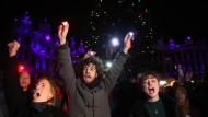 Mitglieder von Extinction Rebellion demonstrieren vor Weihnachten in Brüssel.