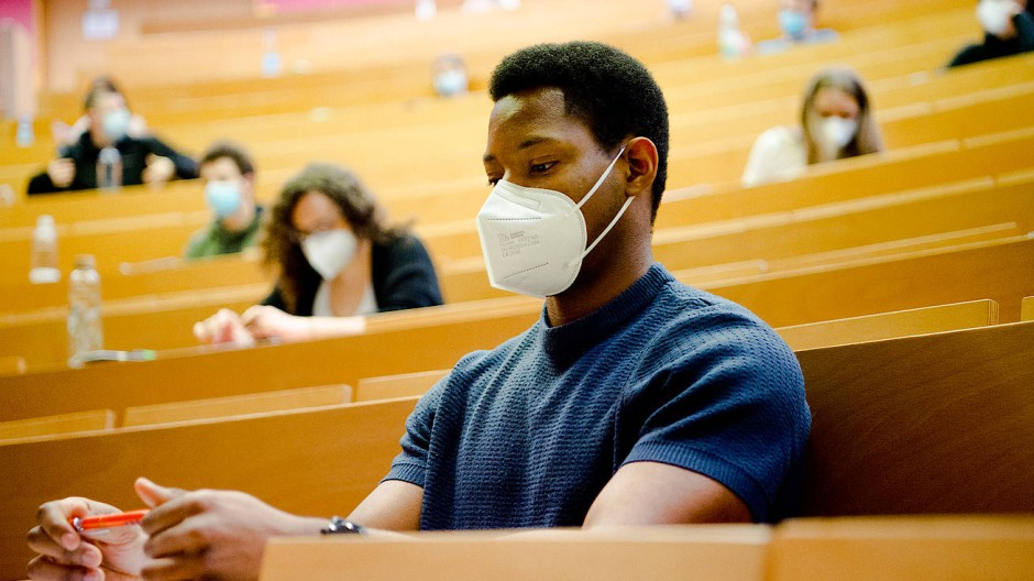 Nur die Klausur in Präsenz: ein Student Anfang März in einem Hörsaal der Goethe-Universität in Frankfurt