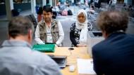 Antrag nach dem Antrag: Ein afghanisches Ehepaar bittet in Berlin um Asyl.