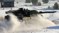 Ein deutscher Kampfpanzer Leopard 2 fährt bei einer deutsch-militärischen Übung Mitte Januar über den Truppenübungsplatz Jägerbrück bei Torgelow.