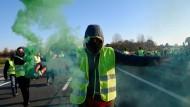 Ein Demonstrant mit einer Rauchfackel am Samstag in Valenciennes