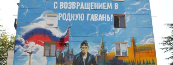"""""""Glückwunsch zur Rückkehr in den Heimathafen!"""" steht auf einer Hauswand in Sewastopol."""