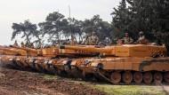 Türkische Soldaten auf Leopard-2-Panzern, am Sonntag im Reyhanli-Distrikt in der Provinz Hatay, Türkei