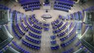 Die Stühle der Abgeordneten werden bald richtig stehen. Bis das Parlament aber wieder richtig arbeitet, wird es noch Wochen dauern.
