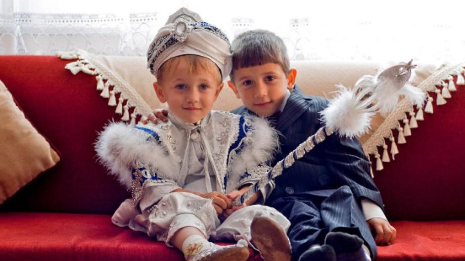 Wie kleine Prinzen: Beschnittene Jungs gelten fortan als Löwen und sind der ganze Stolz des Vaters